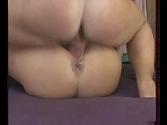 Girl on her back to take creampies